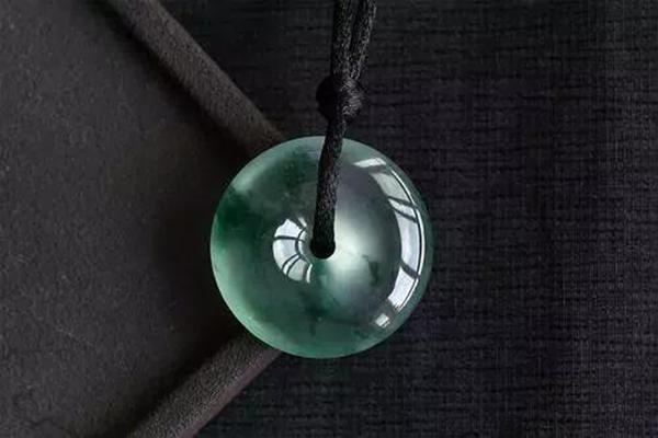 这种和翡翠一起生产的宝石为什么回收价格这么低